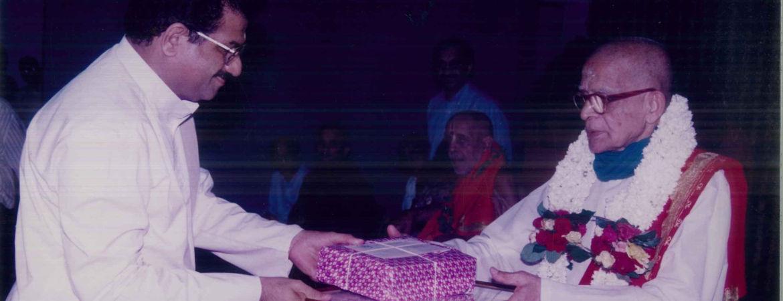 ಧರ್ಮಸ್ಥಳದ ಧರ್ಮಾಧಿಕಾರಿ ಡಾ|| ವೀರೇಂದ್ರ ಹೆಗ್ಗಡೆಯವರು ಪುರಸ್ಕರಿಸುತ್ತಿರುವುದು