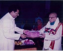 ಧರ್ಮಸ್ಥಳದ ಧರ್ಮಾಧಿಕಾರಿ ಡಾ॥ ವೀರೇಂದ್ರ ಹೆಗ್ಗಡೆಯವರು ಪುರಸ್ಕರಿಸುತ್ತಿರುವುದು