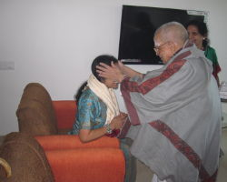 ಹಿರಿ ಮಗಳಾದ ಡಾ.ಶಾರದಾಚೈತ್ರವರಿಗೆ ಆಶೀರ್ವದಿಸುತ್ತಿರುವುದು.